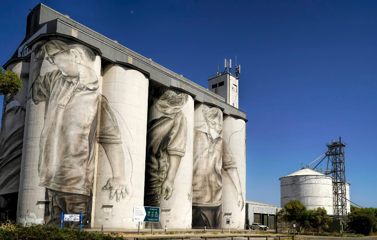 Silo in Coonalpyn by Guido van Helton